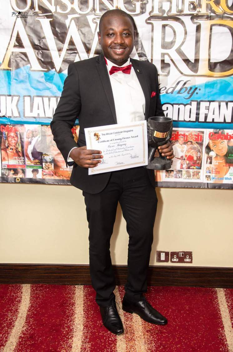 oscar-bimpong-displaying-the-certificate-a-trophy
